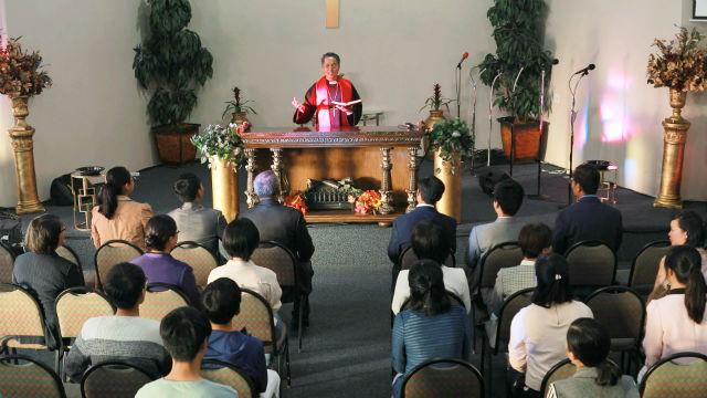 牧师在教堂讲道的图片